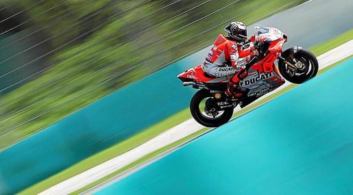 El piloto de MotoGP Jorge Lorenzo, Ducati, participa en los test de pretemporada en el circuito internacional de Sepang a las afueras de Kuala Lumpur (Malasia).