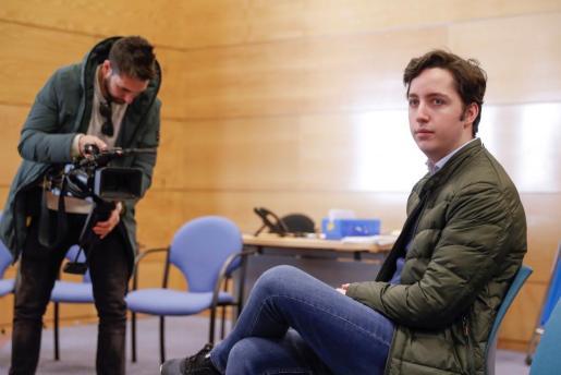 El Juzgado de lo Penal número 16 de Madrid juzga a Francisco Nicolás Gómez Iglesias (d), conocido como el pequeño Nicolás, por la querella que le interpuso el Centro Nacional de Inteligencia (CNI) tras asegurar que este organismo le había espiado ilegalmente.