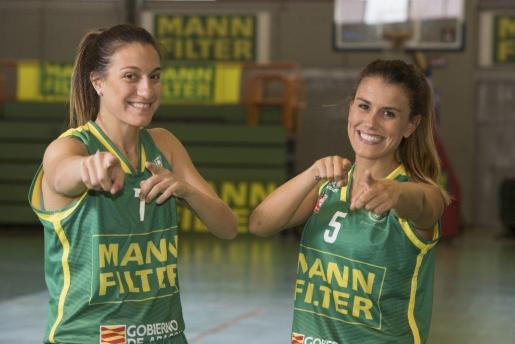 Paola Ferrari y la mallorquina Gabi Ocete posan con la camiseta del Mann Filter.