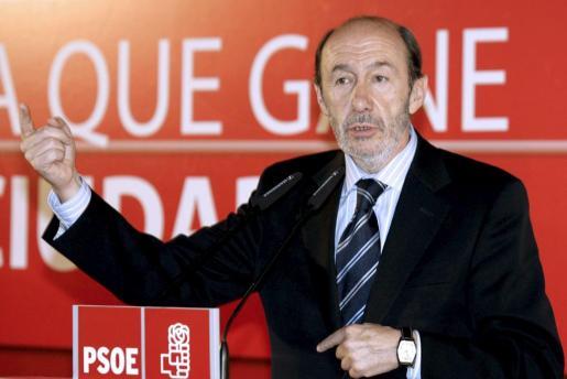 El vicepresidente del Gobierno y ministro del Interior, Alfredo Pérez Rubalcaba, durante su intervención en el mítin que el partido ha organizado hoy en Lorca para apoyar a sus candidatos de Murcia.