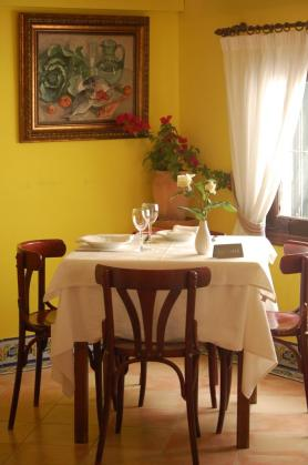 El restaurante, coqueto y luminoso, ofrece un ambiente íntimo y cálido.