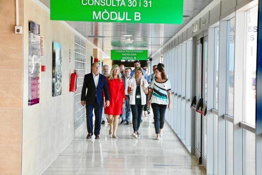 De izquierda a derecha, en la primera fila, durante una visita al Hospital Comarcal d'Inca, Juli Futer, gerente del IB-Salut; la consellera Patricia Cómez; la gerente del centro sanitario, Soledad Gallardo, y la presidenta del Govern, Francina Armengol.