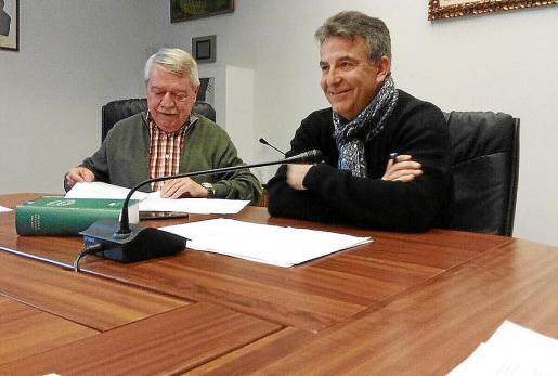 Canyelles junto al vicepresidente Andreu Isern en el pleno del jueves.