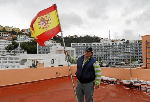 Adolfo Rueda, con la bandera española que ondeaba con el escudo al revés.