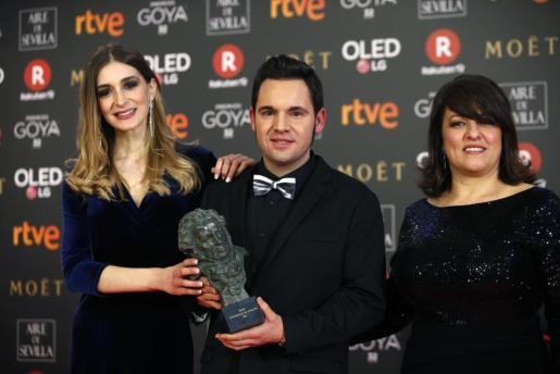 Laura Gost, Jaume Carrió y Aline Tur posan con el premio al 'Mejor cortometraje de animación' por su trabajao 'Woody & Woody', durante la 32 Edición de los Premios Goya.