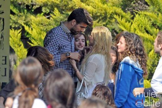 El futbolista Gerard Piqué junto a la cantante Shakira, en una terraza de Barcelona.