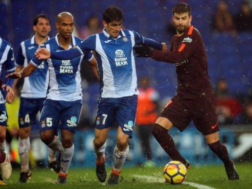 El defensa del FC Barcelona Gerard Piqué (d) y el delantero del Espanyol Gerard Moreno durante el partido.