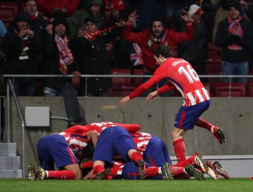 Ángel Correa del Atlético de Madrid celebra su primer gol con sus compañeros.