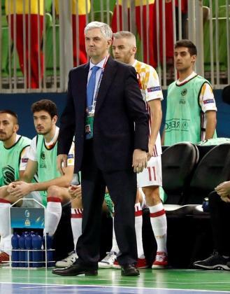 El entrenador de la selección española de fútbol sala, José Venancio, durante el segundo partido de la fase de grupos de la Eurocopa de Eslovenia ante Azerbaiyán junto al jugador mallorquín Miguelín.