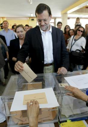 El líder del PP, Mariano Rajoy, deposita su voto en las elecciones municipales y autonómicas en el colegio madrileño Bernadette de Aravaca.