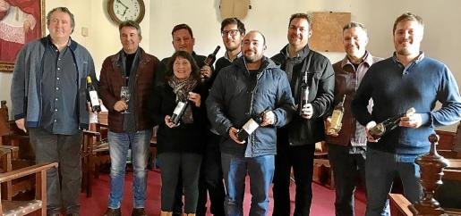 Los bodegueros presentaron la asociación en la sala de plenos. En la foto, junto al alcalde y la regidora de Economía.