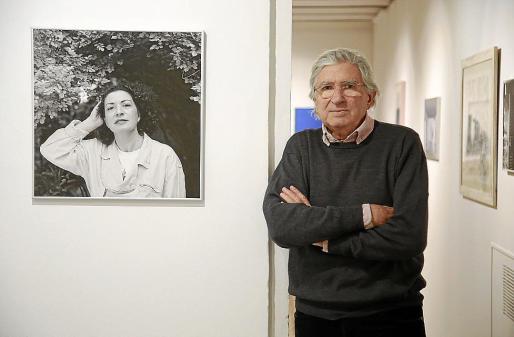 Joan Ramon Bonet, junto a un retrato de Lourdes Sampol (1988), en Can Prunera.