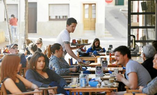 La profesión de camarero es la que más contrataciones acumula a lo largo del año en Balears.