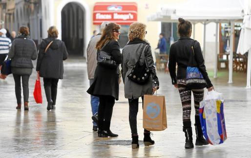 MENORCA - Las compras por internet enturbian la campaña navideña del comercio local. GENTE COMPRANDO REGALOS NAVIDEÑOS EN LAS TIENDAS DE MENORCA .