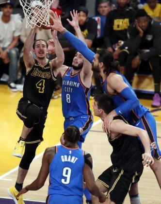 El jugador Alex Caruso (i) de los Los Angeles Lakers en acción ante Alex Abrines (c) y Steve Adams (d) de los Oklahoma City Thunder.