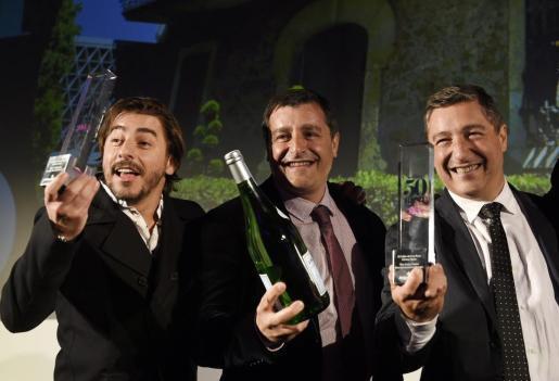Los chef españoles Jordi (i) y Joan Roca (d), junto al somelier Joseph Roca (C), hermanos y dueños del restaurante español el Celler de Can Roca.