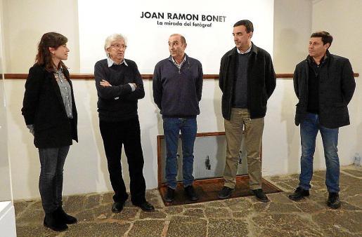 Joan Ramon Bonet –segundo por la izquierda–, durante la inauguración, con Antònia Miró, Santi Mayol, Jaume Servera y Oscar Mayol.