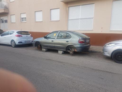 En la calle Joan Coll hay un coche sin ruedas desde hace meses.