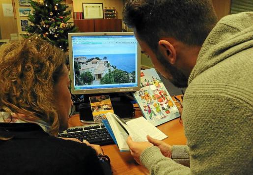 Los portales comercializadores de viviendas de alquiler turístico que no cumplan con la Ley de Turismo se enfrentan a multas de hasta 400.000 euros. El Govern ya ha abierto sendos expedientes sancionadores a Airbnb y Tripadvisor.