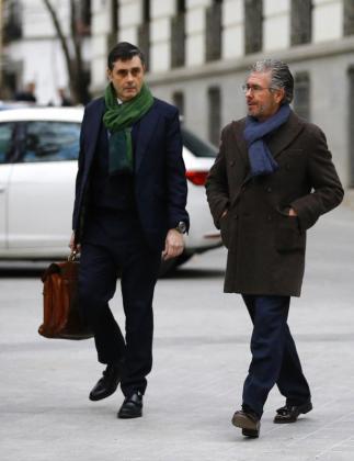 El exconsejero madrileño, exdirigente del PP y presunto cabecilla de la trama Púnica, Francisco Granados (d), a su llegada a la sede de la Audiencia Nacional.
