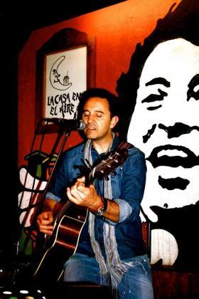 El cantante Rafa Ferrà llegará al Shamrock para ofrecer un concierto por San Valentín.
