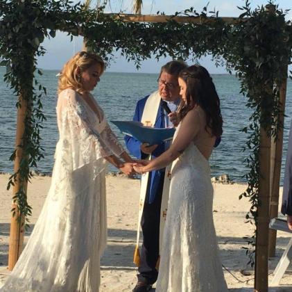 Una profesora es despedida tras difundir las fotos de su boda con otra mujer.