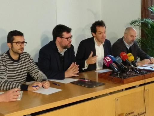 El conseller de Territorio, Energía y Movilidad, Marc Pons, y el alcalde de Palma, Antoni Noguera, han firmado este lunes un convenio por el que el Govern destinará esa cuantía a equipar los buses de la EMT.