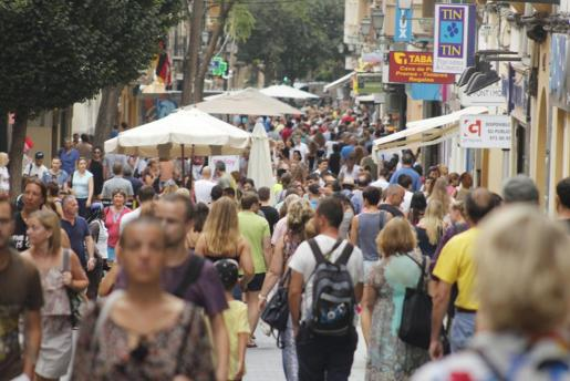 En 2017 llegaron a las Islas unos 16 millones de turistas, mientras que la población residente supera por poco el millón.