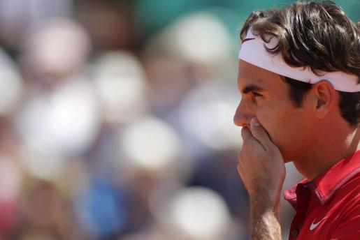 El tenista suiza Roger Federer frente al español Feliciano López durante el partido que han disputado en el Torneo de Roland Garros que se celebra en París.
