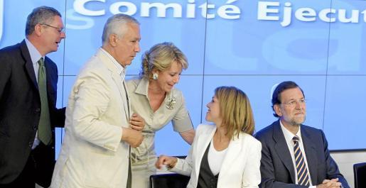Esperanza Aguirre conversa con Dolores de Cospedal ante Rajoy, Arenas y Ruiz Gallardón, al inicIo de la reunión que mantuvo la Ejecutiva del partido.