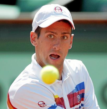 ROL01 PARÍS (FRANCIA) 23/5/2011.- El tenista serbio Novak Djokovic devuelve la bola al holandés Thiemo De Bakker durante la primera ronda de Roland Garros, el torneo por excelencia en tierra batida y segundo grande de la temporada, que se disputa en París, Francia, hoy, lunes 23 de mayo de 2011. EFE/KERIM OKTEN   FRANCIA TENIS