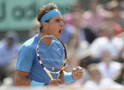 Nadal celebra un punto conseguido frente al estadounidense John Isner, durante el partido de primera ronda del torneo de Roland Garros que se disputa en París.