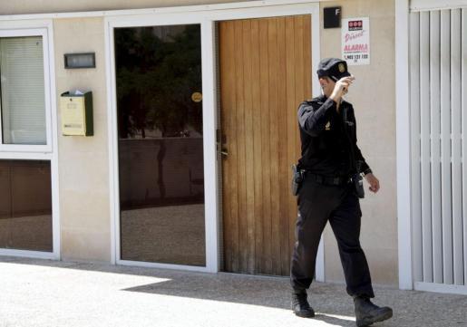 Un agente de la Policía, frente a uno de los locales registrados dentro de la operación