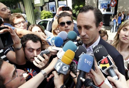 El presidente electo de Baleares, José Ramón Bauzá , atiende a la prensa antes de asistir a la reunión del Comité Ejecutivo Nacional del PP.