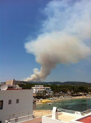 Imagen del incendio desatado este mediodía en la Serra de la Morna, en el municipio ibicenco de Sant Joan de Labritja.