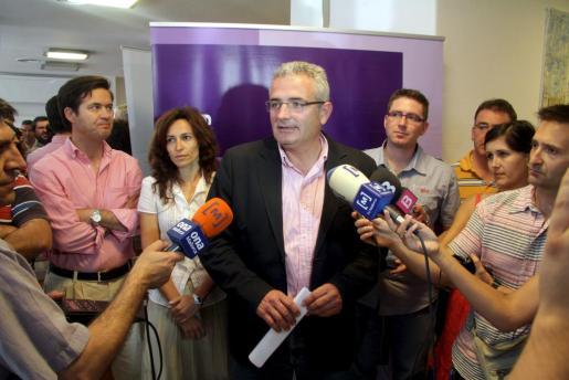 Jaume Font atiende a la prensa tras la reunión de la junta de su partido para analizar los resultados electorales.