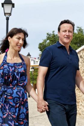 El primer ministro británico, David Cameron, que disfruta de una semana de vacaciones en Ibiza junto a toda su familia: su esposa Samantha y sus tres hijos Nancy, Arthur y Florence, durante el paseo que dio con su mujer por las calles de Santa Gertrudis.