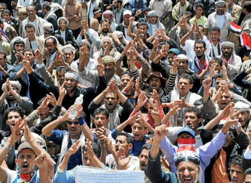 Manifestantes antigubernamentales gritan eslóganes durante las protestas.