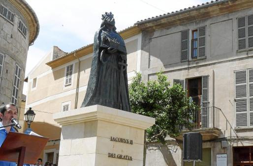 La estatua de Jaume II preside desde el domingo la Plaça de l'Església de Sineu.
