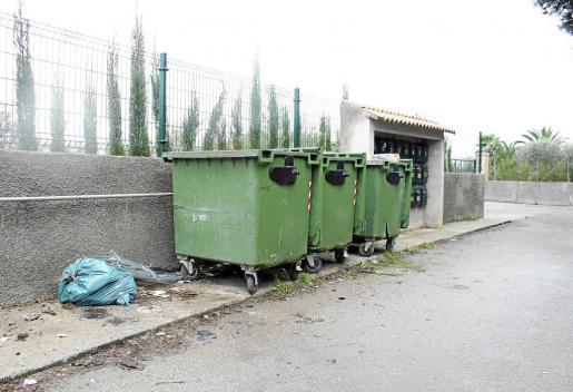 Imagen de archivo de unos contenedores de basura en Inca.