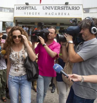 La hija de Rocío Jurado, Rocío Carrasco, a su salida del Hospital Virgen Macarena de Sevilla donde permanece el torero José Ortega Cano en la Unidad de Cuidados Intensivos.