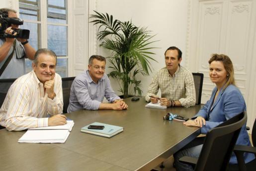 Imagen de la reunión entre el presidente del PP, José Ramon Bauzá, y los futuros presidentes de los Consells.