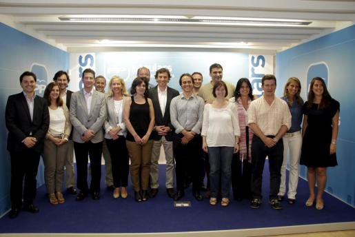 Mateu Isern, rodeado de los miembros de su equipo de gobierno.