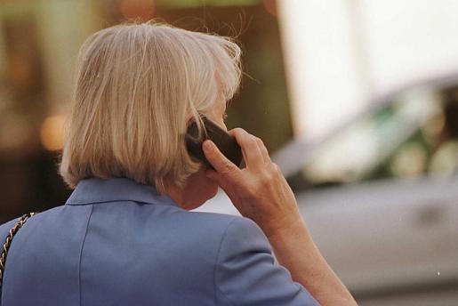 La OMS ha advertido de que el uso del teléfono móvil podría ser potencialmente cancerígeno.