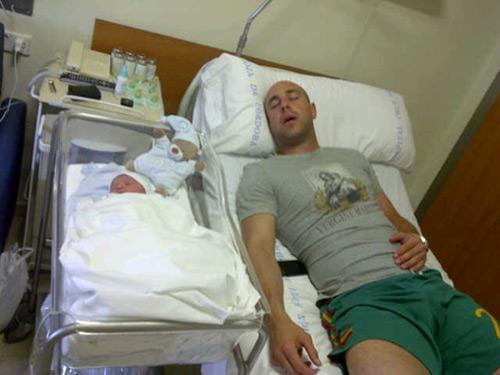 Pepe Reina y su pequeño Luca, durmiendo.