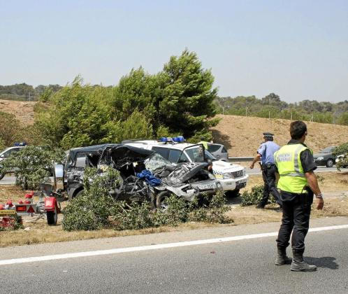 Imagen de uno de los vehículos implicados en el accidente en el que viajaban cuatro personas.