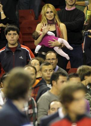 Carolina Cerezuela, con la pequeña Carla en brazos.