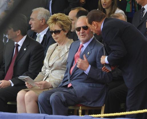 El rey Juan Carlos I conversa con el primer ministro italiano, Silvio Berlusconi, junto a la presidenta de Irlanda, Mary McAleese, durante el desfile militar qcelebrado en Roma con motivo de la celebración del 150 aniversario de la unidad de Italia.