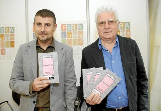 Josep Ramon Cerdà y Joan Guasp, en la presentación de 'L'Assasi de Déu', de éste último.