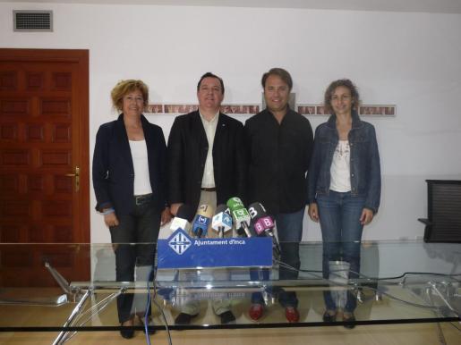 Torres, flanqueado por sus tenientes de alcalde: Margalida Horrach, Felip Jerez y Rosa M. Tarragó.